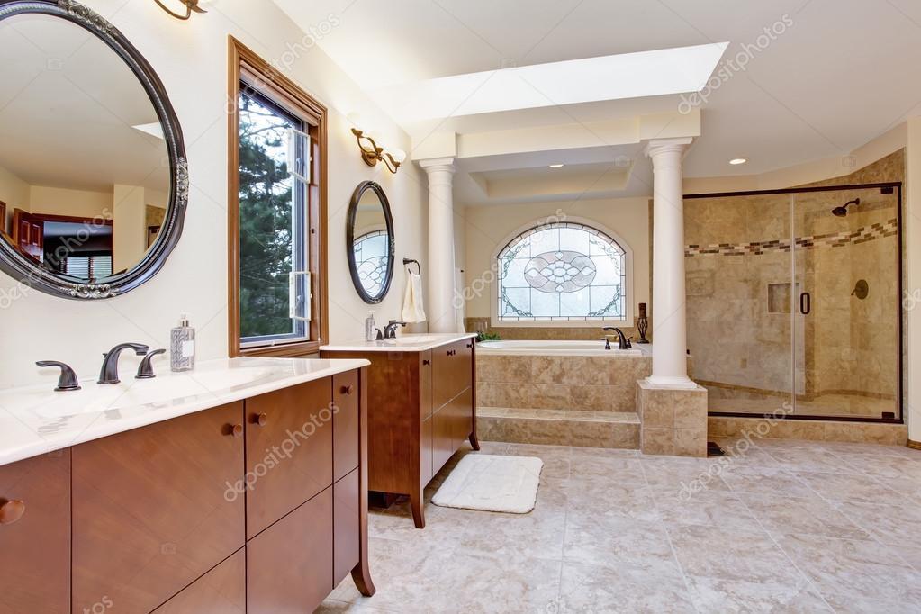 Interno bagno di lusso con colonne — foto stock © iriana88w #50725181