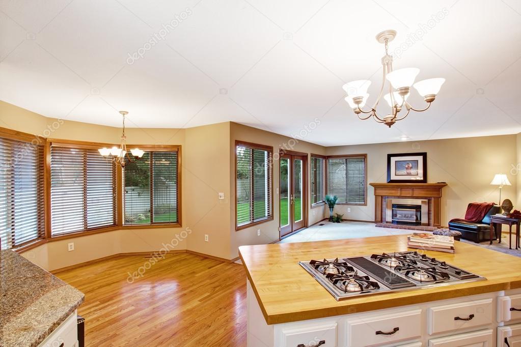 Interior de la casa vacía. sala de estar con zona de cocina — foto ...