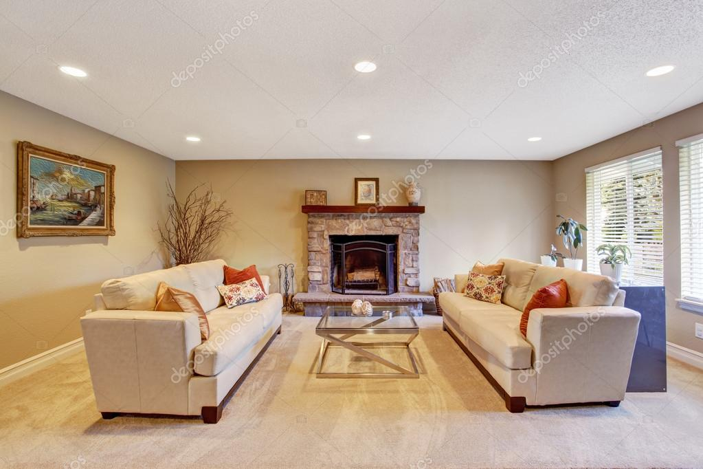 Sala de estar interior en suave color marfil con chimenea - Color marfil en paredes ...