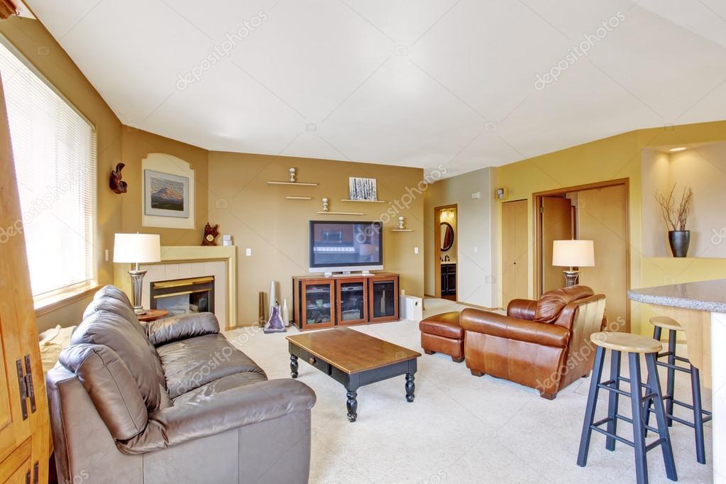 Accogliente soggiorno con divano in pelle e camino — foto stock ...