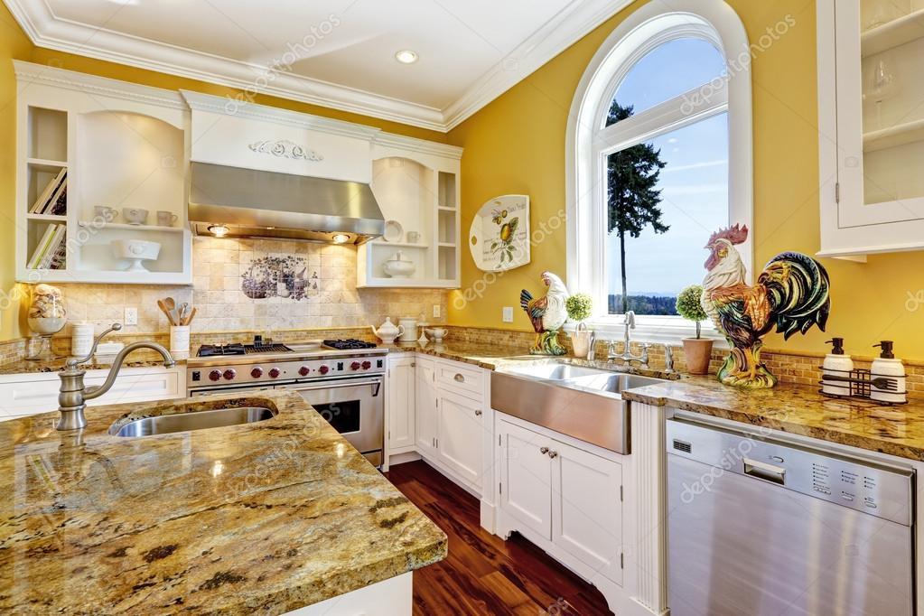 Helle gelbe Küche Zimmer mit Granit-Tops und Bogen Fenster ...