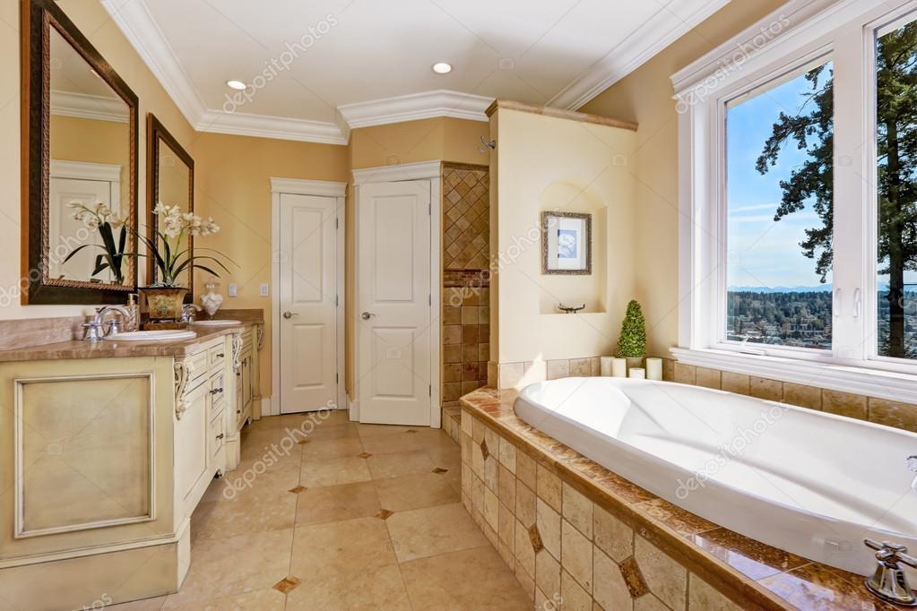 Int rieur salle de bain des tons dans la maison de luxe - Photo de salle de bain de luxe ...