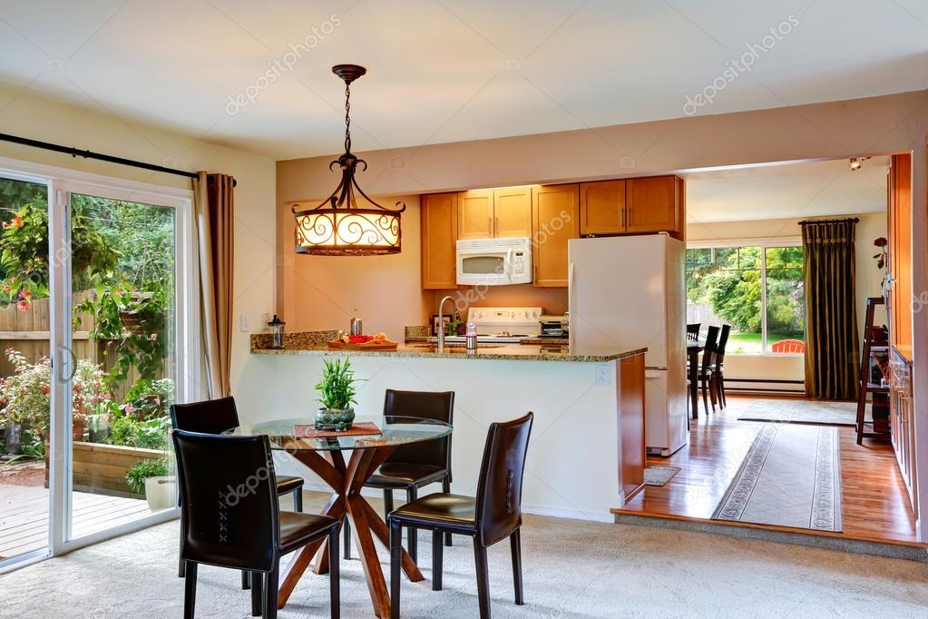 interior de la casa con espacio abierto cocina con