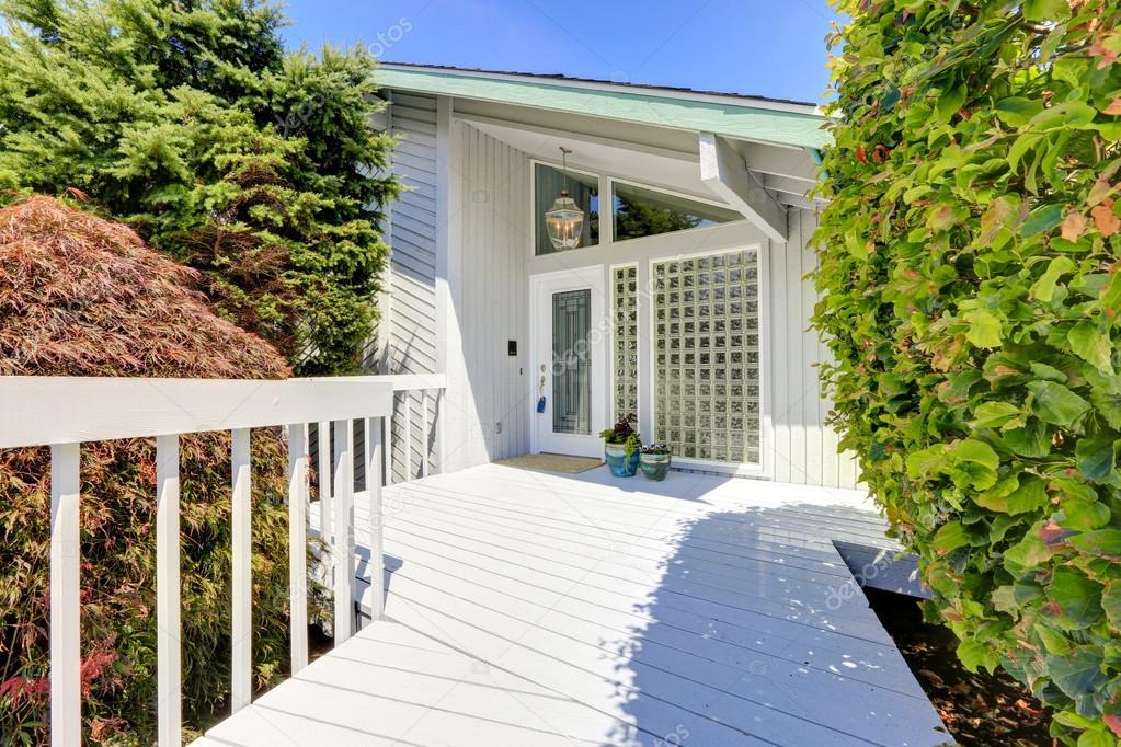 Modern huis buitenkant ingang veranda stockfoto iriana88w 51260869 - Foto buitenkant terras ...