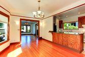 пустой дом интерьер мягкие цвета слоновой кости с коричневой отделкой — Стоковое фото