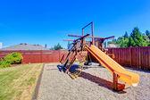 有篱笆的后院,与孩子们的游乐场 — 图库照片