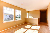 Empty house interior. Bright room with windows — Стоковое фото