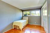 Boş ev iç. gri yatak odası tek kişilik yatak — Stok fotoğraf