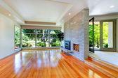 Prázdný dům interiér. obývací pokoj se skleněnou stěnou a cihlová zeď — Stock fotografie