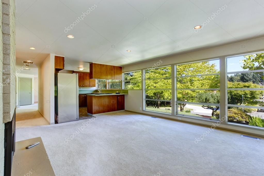 Interno di casa vuota soggiorno con pavimento in vetro for Salon open space