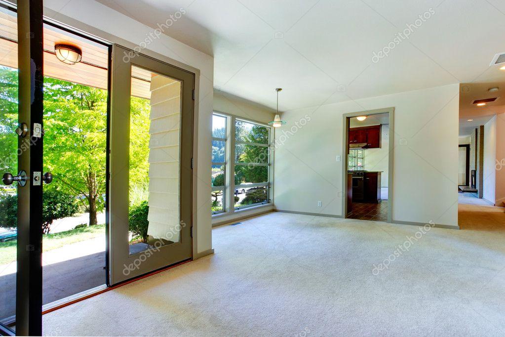 Interno di casa vuota. soggiorno con porta al cortile — Foto Stock ...