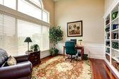 Interiér místnosti kancelář v luxusním domě s vysokým stropem — Stock fotografie