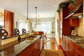 Luxe keuken met granieten toppen — Stockfoto