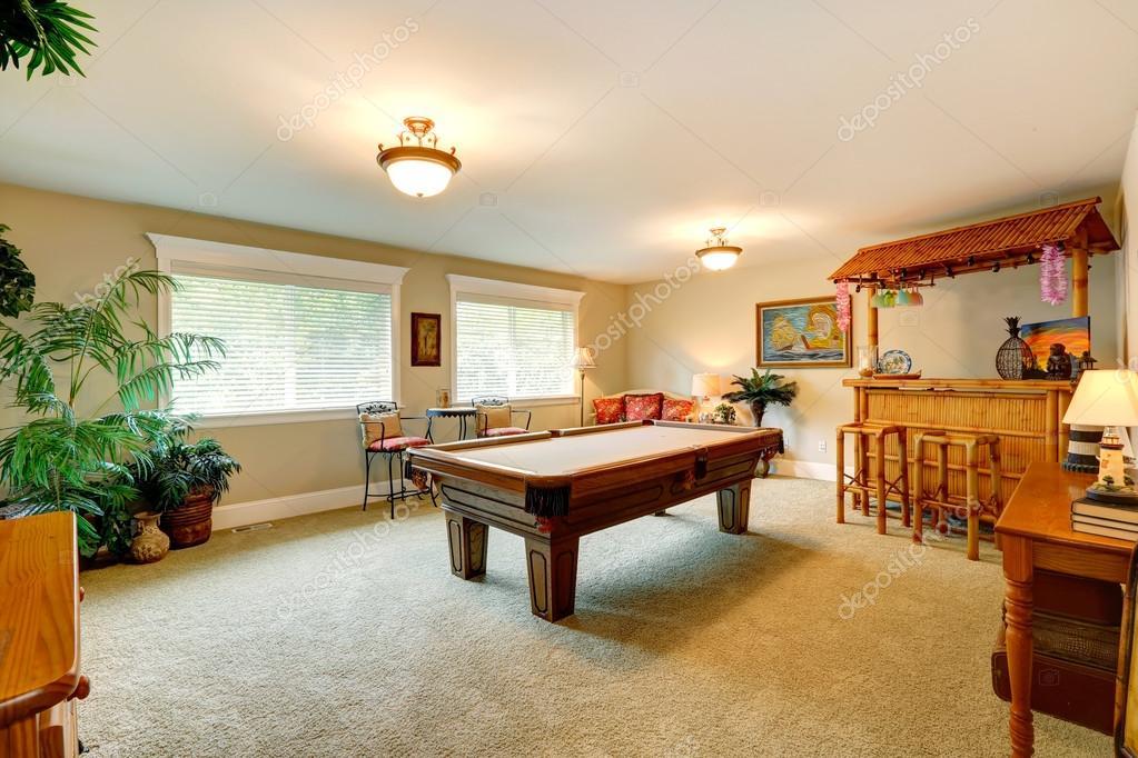 Sala de juegos con mesa de billar estilo hawaiana — fotos de stock ...