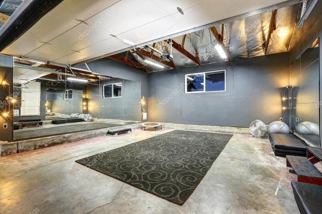 gro en keller fitnessraum mit spiegel stockfoto. Black Bedroom Furniture Sets. Home Design Ideas