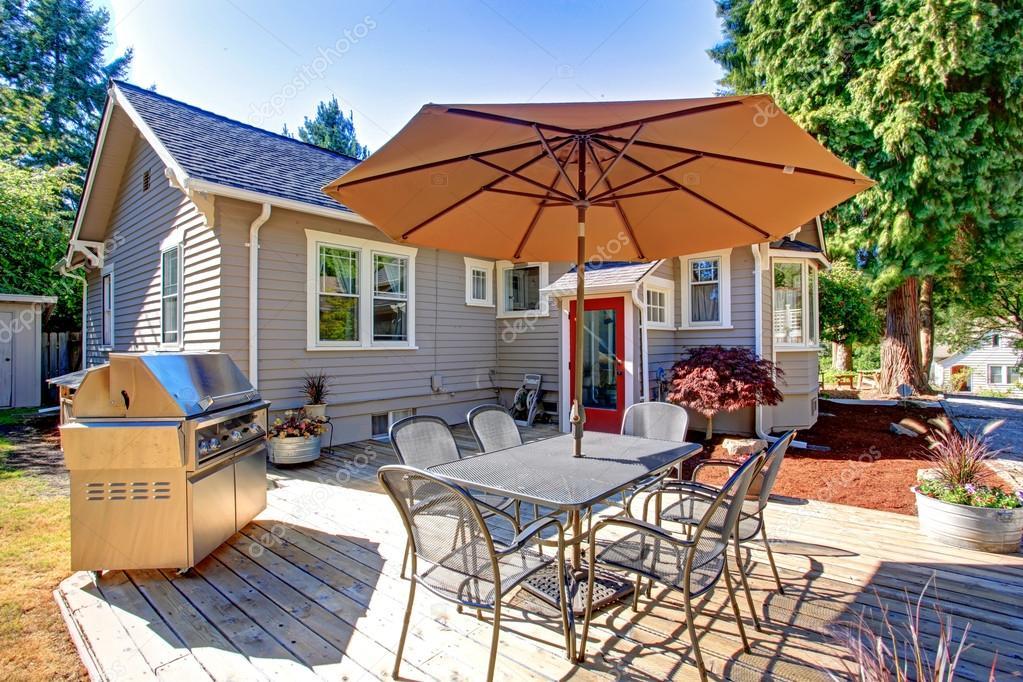 terrasse avec barbecue sur l 39 arri re cour photo 51683829. Black Bedroom Furniture Sets. Home Design Ideas