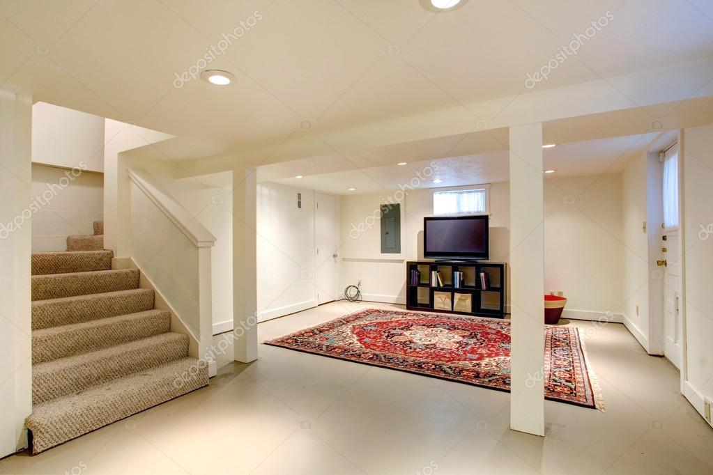 Interno di casa seminterrato camera con tv foto stock for Aprire piani casa seminterrato