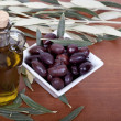 Olive oil and olives — Stock Photo