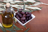 Olive oil and olives — Стоковое фото