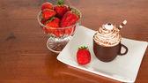 草莓和咖啡馆杯 — 图库照片