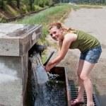 tiener krijgen bronwater — Stockfoto