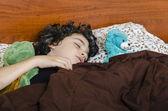 Giovane ragazzo a letto — Foto Stock