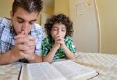 年轻家庭祈祷 — 图库照片
