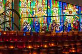 Velas para la oración en una iglesia católica — Foto de Stock