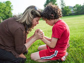 Single Mother and Son Praying — Stockfoto