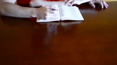 Family Praying and Reading the Bible — Stock Video