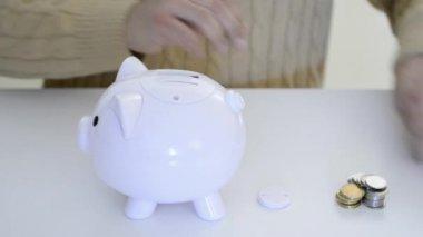 Latin man saving money in a piggybank — Stock Video