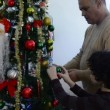 Small Latin family decorating the Christmas tree — Stock Video