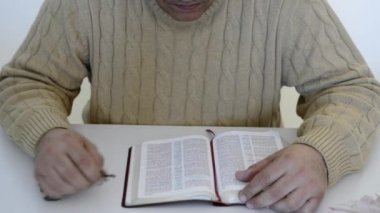 Hispanic man reading the Bible, praying and reverencing God in his daily life — Stock Video