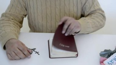 Hispanic man reading the Bible, praying and reverencing God in his daily life — Stockvideo