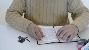 Hispanic man reading the Bible, praying and reverencing God in his daily life — 图库视频影像