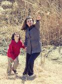 Madre guiando su hijo — Foto de Stock