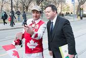 Ministro de Jason kenney de emprego no Canadá com o Sr. Canadá um personagem popular em toronto — Fotografia Stock