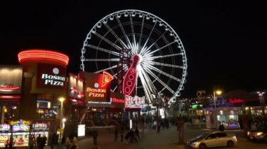 Skywheel in Niagara Falls city, Canada. Major attraction of this tourist landmark — Stock Video