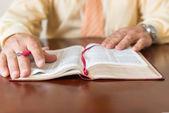 изучение библии человеком бога или пастор — Стоковое фото