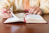 被一名男子的上帝或牧师的圣经研究 — 图库照片