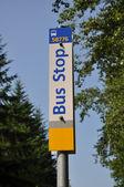 Bushaltestelle-straßenschild — Stockfoto