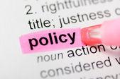 Roze marker op beleid woord — Stockfoto
