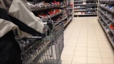 Trolley in store — Stockvideo