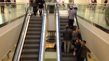 Busy escalators in Metropolis shopping mall — Vídeo de stock