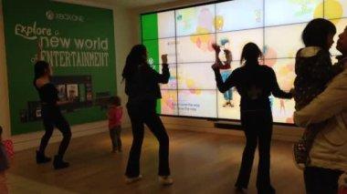 Microsoft staff demonstrates with dance game — 图库视频影像