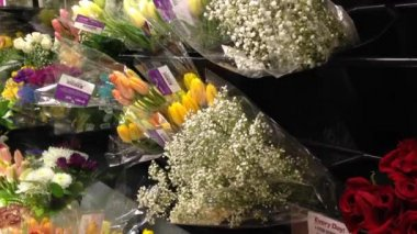 Buying flower — Stockvideo
