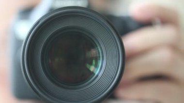 Fotograaf een bediening — Stockvideo