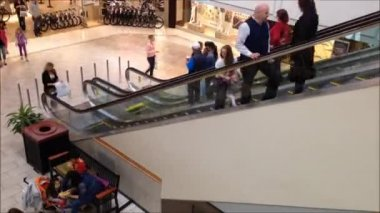 One side of people in fast motion moving escalator — Stock Video