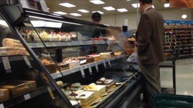 Customer ordering cake inside price smart foods. — 图库视频影像