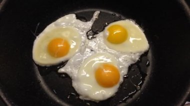 Sunny side eggs frying in a frying pan — Stock Video